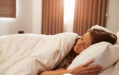 Edhe në gjumë mund të biesh nga pesha, ja çfarë duhet të bësh para se të flesh
