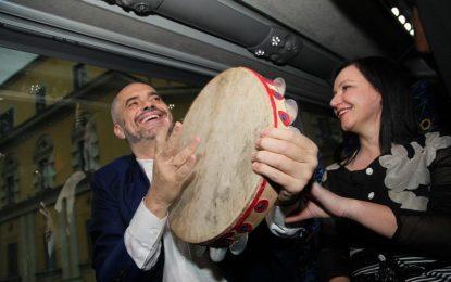 I këndoi Sali Berishës, Fatmira Breçani: Nëse marton Edi Rama djalin, unë i shkoj