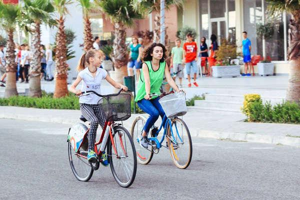 Shqiptarët iu rikthehen biçikletave