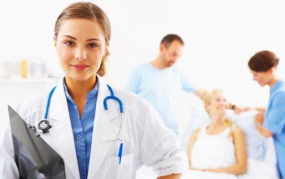 """Pse doktorët shkruajnë keq? """"Shkarravinat"""" e tyre, fatale për pacientët"""