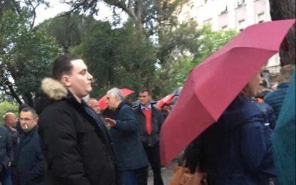 FOTOLAJM/ Djali i Sokol Olldashit Glauku, proteston në shi