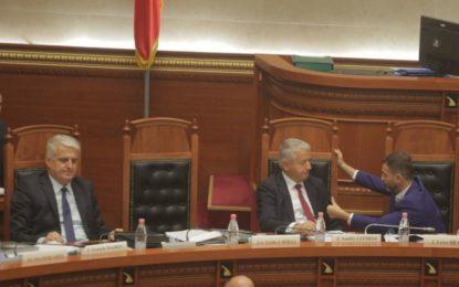 Foto pikante/ Ministrat e Ramës ia shtrojnë muhabetit në Kuvend