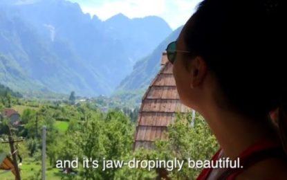 Çifti i turistëve bën videon perfekte në Shqipëri