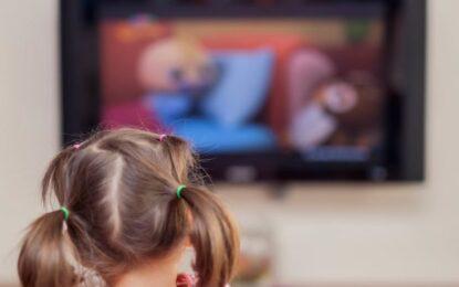 Rreziku që u kanoset fëmijëve nëse shohin më shumë se 1 orë televizor në ditë