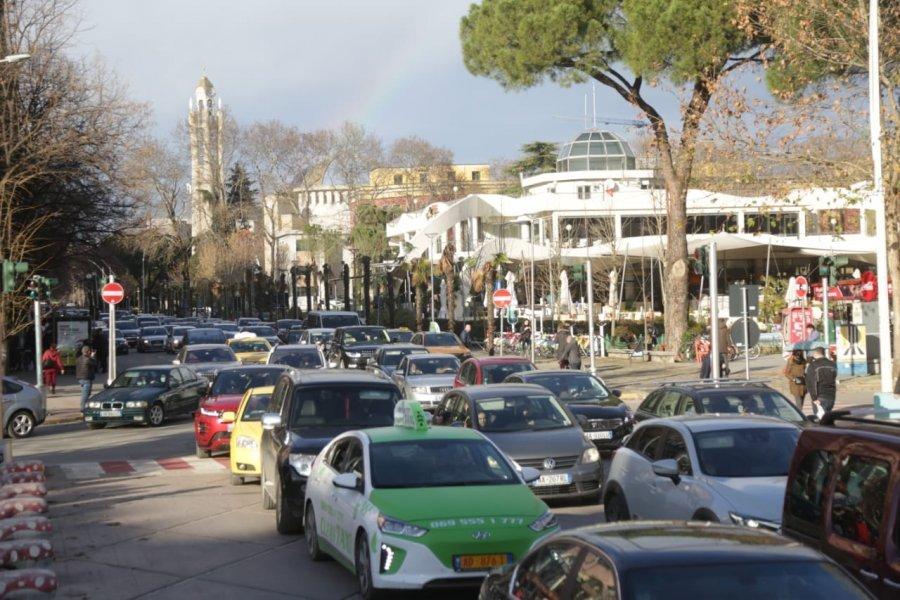 Foto/ Trafik i çmendur në çdo rrugë të Tiranës, Bashkia nuk merr masa
