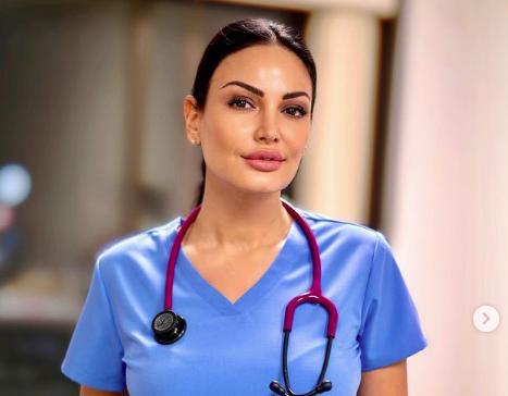 Bleona Qereti bën vaksinën ndaj COVID dhe publikon foton veshur si infermiere